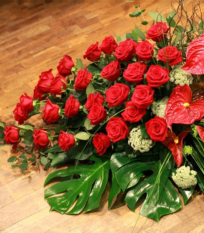 Cojín de difunto de rosas rojas